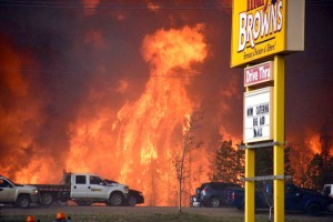 Fort McMurray Fire approaches a Canadian highway (Canada Press Photo)