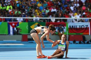 New Zealander Nikki Hamblin helps fallen U.S. athlete Abbey D'Agostino. (Ian Walton / Getty Images)